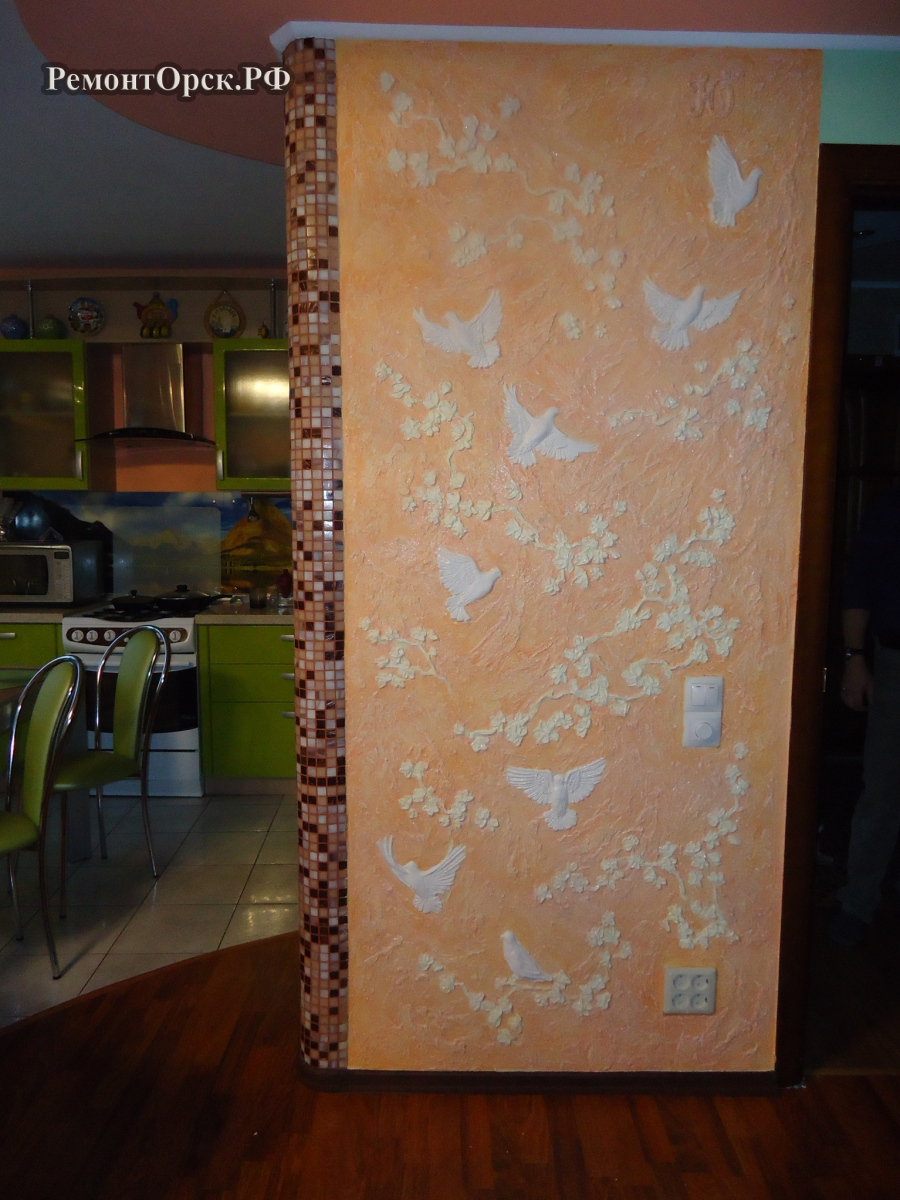 барельеф на стене, голуби