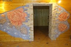 барельеф на стене розы
