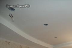 красивый потолок с подсветкой в комнате Новотроицк