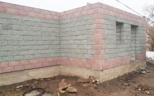 Строительство дома, облицовка рваный камень